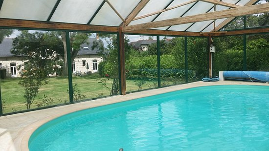Jarze-Villages, Francia: Coverd Pool
