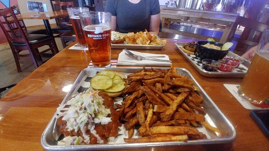 Sarnia, Kanada: Burger and fries and Beer at Refined Fool. Roguetrippers.