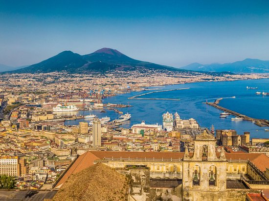 Napolin maakunta, Italia: Follow in the footsteps of emperors and make Naples your royal retreat. The sparkling sea and iconic Italian culture make this city a beloved destination.