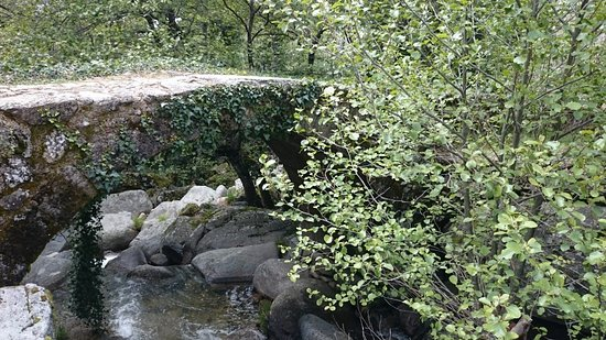 Province of Caceres, Spain: Puente por donde discurre la cascada