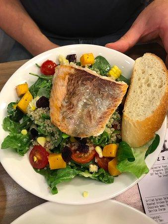 Alt Pizza: Grilled Salmon Salad (14SGD)