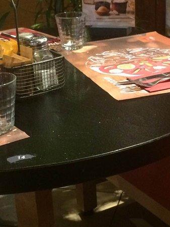 Grill Courtepaille: Table sale avec miettes