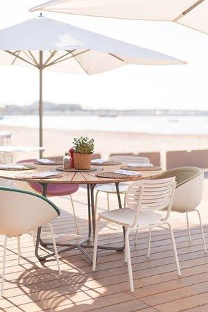 Véritable invitation à l'évasion, dans un style épuré, 3.14 plage se fond dans un décor unique pour découvrir la palette de couleurs du paysage