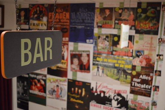 Dormagen, Tyskland: Die Bar mit den Plakaten der vergangenen Produktionen