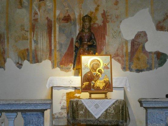 Gazzada Schianno, Italie : Icona Madre di Dio della Passione.Chiesa Santa Maria Assunta a Gazzada (VA) ospita spesso delle mostre .Qui era allestita la mostra di Icone Sacre: i 20 Misteri del Rosario.
