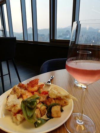 Novotel Ambassador Seoul Dongdaemun: Executive lounge - evening food