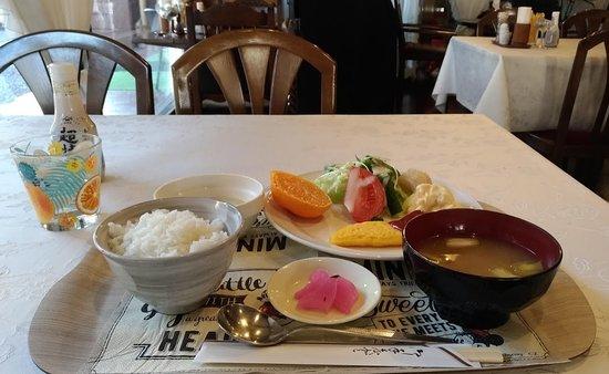 朝食は定食。左奥はクリームシチューです。