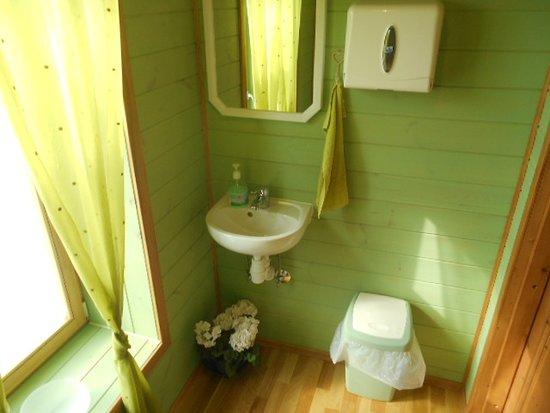 Varnja, Estonia: Museets moderna toalettrum.