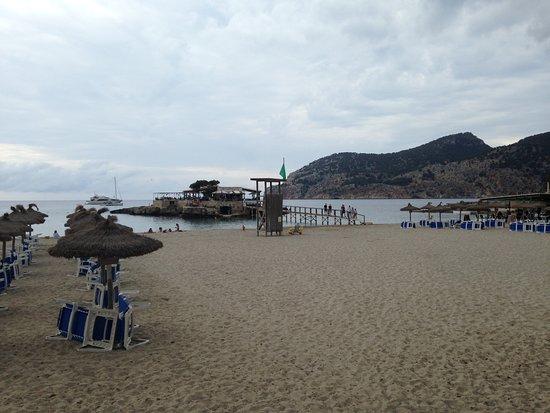 Camp De Mar, Ισπανία: Looking across the small beach towards restaurant on nearby island