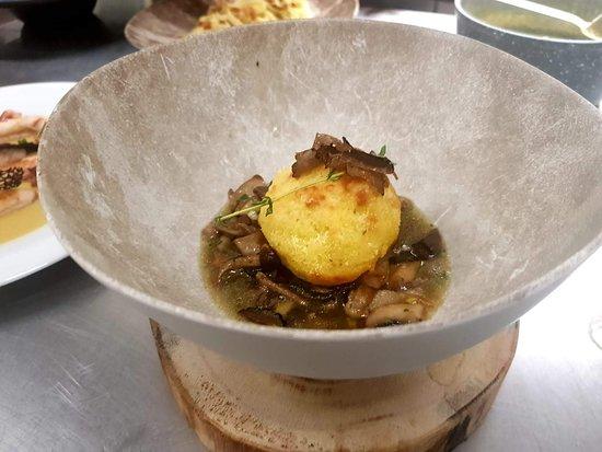 soffice di patata al timo, zuppetta di bosco e petali di tartufo nero