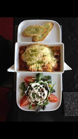 Halkirk, UK: lasagna with garlic bread