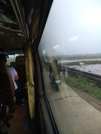 Ninh Binh, Vietnam: minibus adelantando a una moto