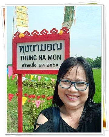 Lat Lum Kaeo, Tailandia: ถ่ายรูปสวยๆกับธงตะขาบ เอกลักษณ์ของชาวรามัญ