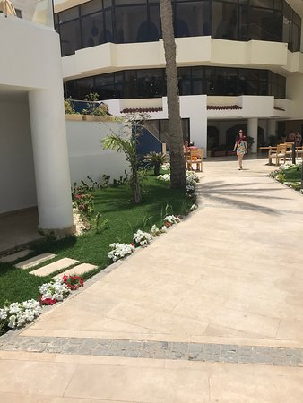 SUNRISE Holidays Resort (Adults Only): Walk to the pool