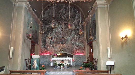 """Santuario San Girolamo Emiliani: Chiesetta alla """"Valletta"""" situata nel complesso del Santuario di San Girolamo Emiliani. Da notare che tutta la parete frontale dietro all'altare è la roccia naturale dove la chiesetta è stata costruita."""