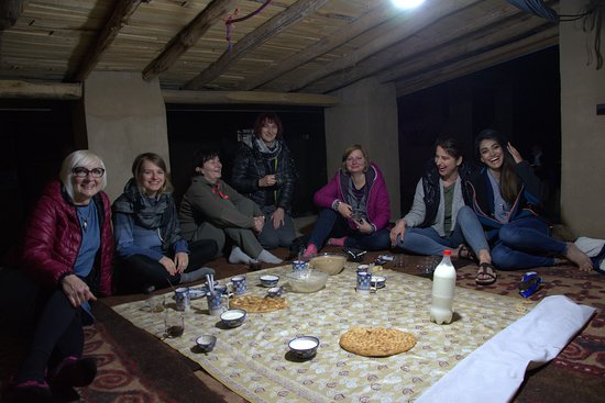 Tamer-e Qarah Quzi, Irán: here are my lovely clients from Poland we were getting ready for a treditional meal which was awesome.