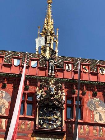 Marktplatz: L'hôtel de ville de Bâle sous le soleil. Superbe