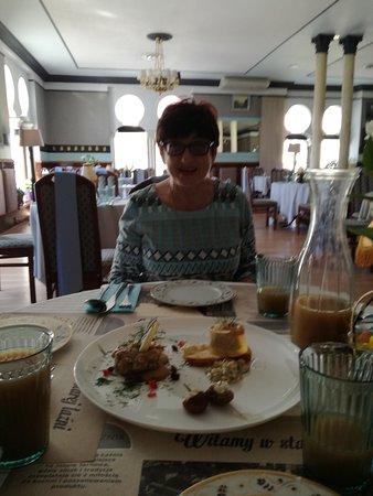 Przystawki p. Gessler: z lewej tartar ze sledzia, na chlebie Gefilte fish i figi z kozim serem