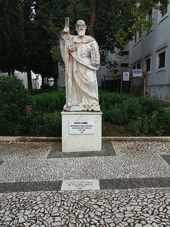 Estatua de Santo Andre em memoria da Igreja Paroquial