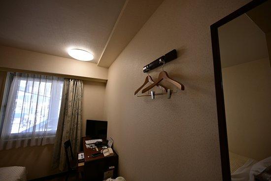 Royal Hotel Odate: ハンガーは二つで壁にあるだけ