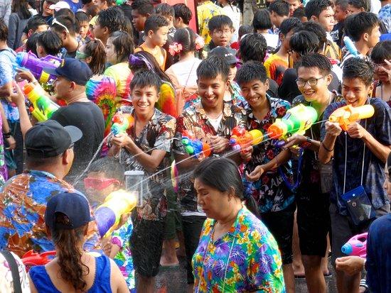 Mesto Phuket, Thajsko: Songkran, das thailändische Neujahrsfest, ist vor allem bekannt für wilde Wasserschlachten. Daneben gibt es jedoch auch traditionelle Zeremonien, die weniger im Fokus von Touristen stehen. In Phuket Town habe ich mir kürzlich beides angeschaut und das Ergebnis findet Ihr unter diesem Link: https://www.groovyplanet.de/songkran-in-phuket-tradition-und-wasserschlachten/