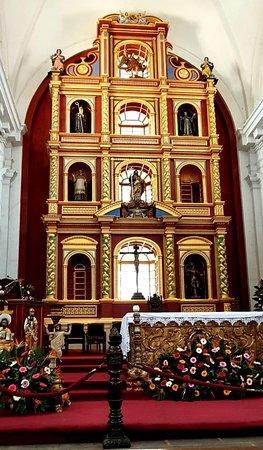 El retablo mayor, altar de la iglesia.