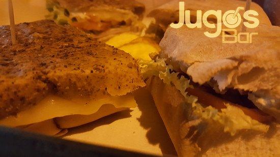 Maicao, Kolumbien: Sandwich en panes únicos en la ciudad, oregano, artellano, o parmesano, queso perfectamente fundido al calor tibio para una textura suave y guesa, dejando sentir los jugos de la proteína y las salsas! recomendado el sandwich cubano enpan artellano, puedes pedir adicional de tocineta y pepinillos.