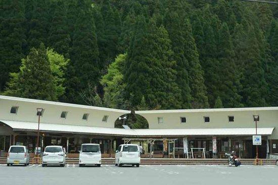 Michi No Eki Yashagaike No Sato Sakauchi Restaurant: 規模は小さいけれど建物のカタチがカッコイイ。