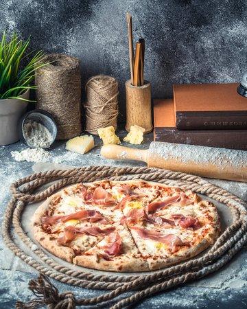Пицца с хамоном и яйцом