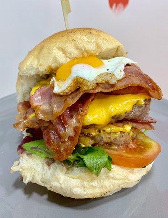 Empire: Doppio Hamburger 200g, Doppio Cheddar, Doppio Bacon, Misticanza, Pomodoro di Sorrento e Uovo a Occhio di Bue.