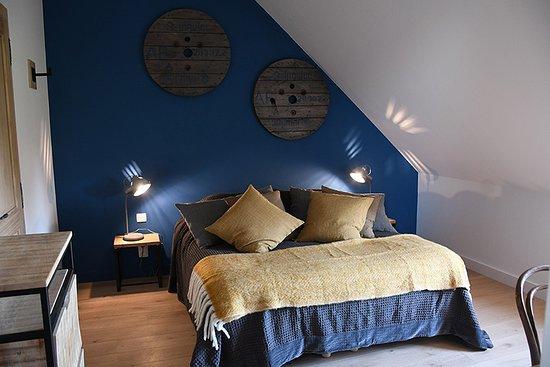 Tourouvre au Perche, Frankrike: La chambre Rudelande est située au premier étage. Décorée dans une ambiance indus/vintage, elle est très confortable. Le lit Queen Size (160 x 200) est modulable en deux twins.