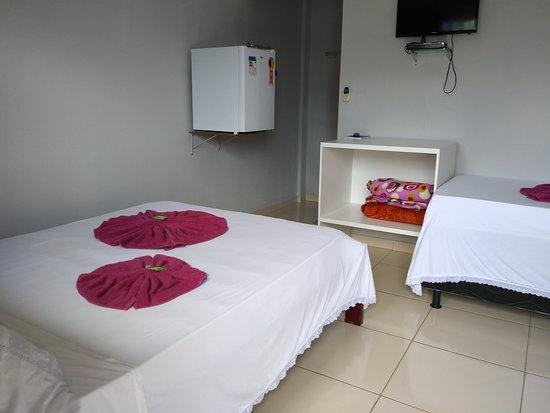 Sao Miguel Do Araguaia: suite familiar cama de casal e uma cama de solteiro. com ar condicionado televisão e frigobar.