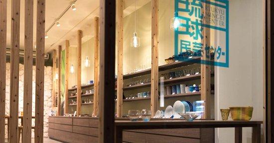 Ishigaki-jima, ญี่ปุ่น: 琉球民芸センターあやぱに店 入口ショーウィンドウ
