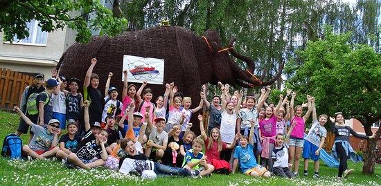 Pelhrimov, República Checa: Mamut a děti na zahradě expozice Zlaté české ručičky