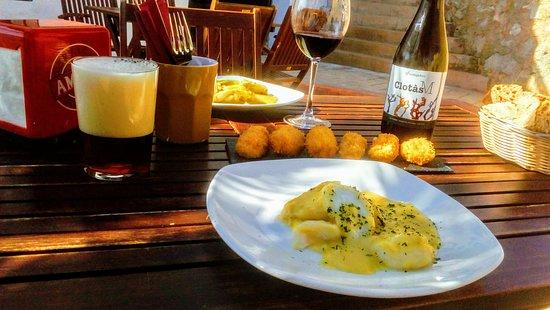 Croquetas, bacalao pilpil y vino de Castellón