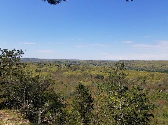 Avon, CT: View to est