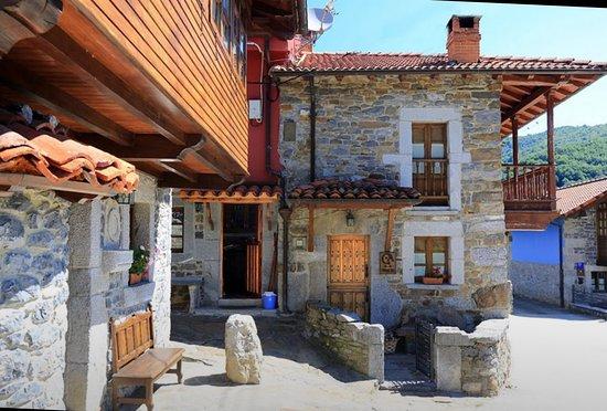 Cortes, España: La casita en la que estuvimos alojados con balcón y grandes vistas. Tranquilidad absoluta.