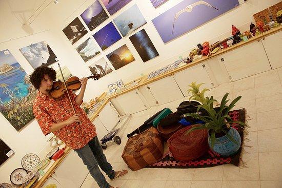 Levanzo, Italie : La galleria d'arte di Mannaraò con un ospite d'eccezione, il violinista portoghese Joao SIlva