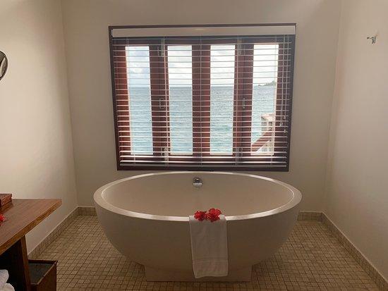 Likuliku Lagoon Resort: Large bathtub with a view