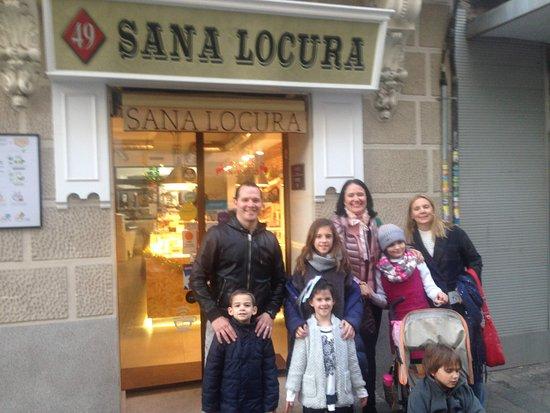 Sana Locura Gluten Free Bakery: La entrada da directo a la calle. Muy fácil acceso. Los autobuses pasan muy cerca.