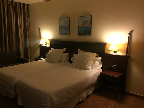 Habitación con luz tenue, muy cómoda, relajante y confortable.