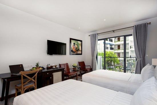 phòng Premier Twin có 2 giường 1,2mx2m đệm êm, chất liệu 100% cotton  thoáng mát. có ban công nhìn xuống hồ bơi