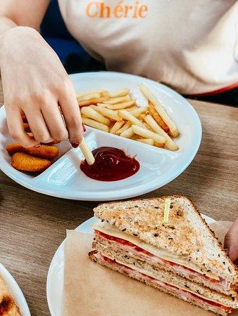 Сэндвич и наггетс пятерка с картофлем фри!