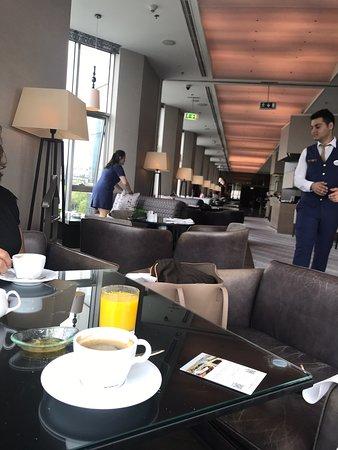 Swissotel The Bosphorus, Istanbul: Petit déjeuner et service impeccable au LOUNGE 17ème étage de l'hôtel  .. j ai demandé leurs noms aux personnes qui se sont occupé de nous ( pardon pour orthographe ) GHIZEM EMMINE ET SAKIR . Chambres spacieuses et confortable en executive room .. court séjour de passage mais qui nous donne envie de revenir ..