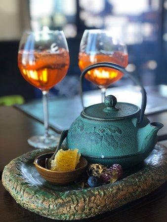 Травяной чай и медовыми сотами.