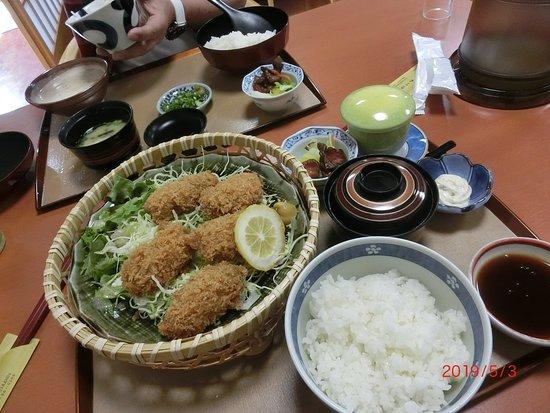 Wasaishokudo Akebono: カキフライ定食と奥が自然薯のとろろ定食