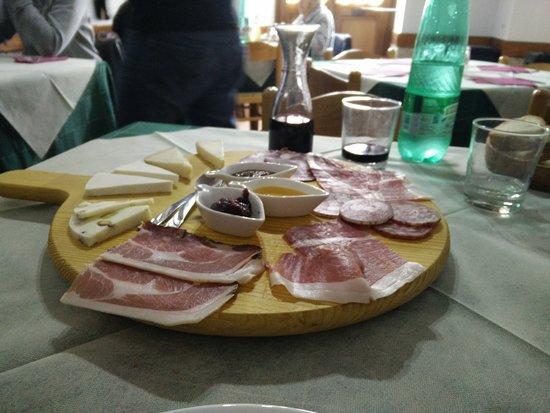 Pereto, Italia: Tagliere di formaggi e prosciutto locale con varie composte