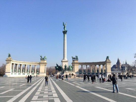 Πλατεία Ηρώων: Piazza degli Eroi