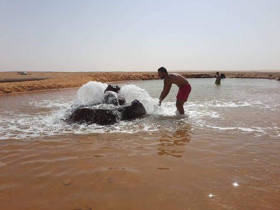 Ksar Ghilane, ตูนิเซีย: À #ksar_ghilan l'eau de la source est toujours chaude