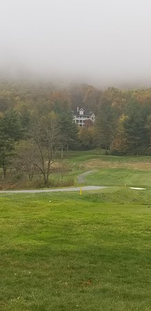 Sky Valley, จอร์เจีย: Fog hanging over the golf course